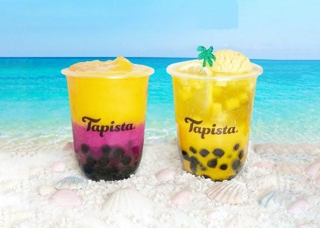 """(左から)""""ジュエルスムージー""""王様マンゴー&ピンクドラゴンフルーツ、""""ネオクリームソーダ""""王様マンゴー&完熟バナナ(写真:右)¥560/画像提供:Tapista"""