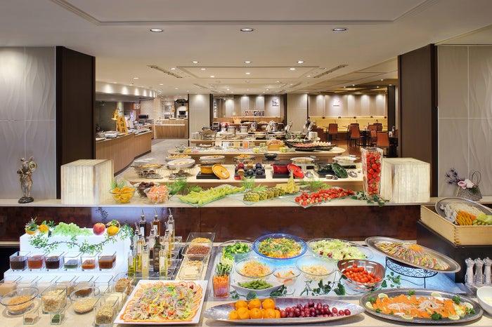 和洋中と豊富なメニュー展開の夕食ブッフェ/画像提供:あさやホテル