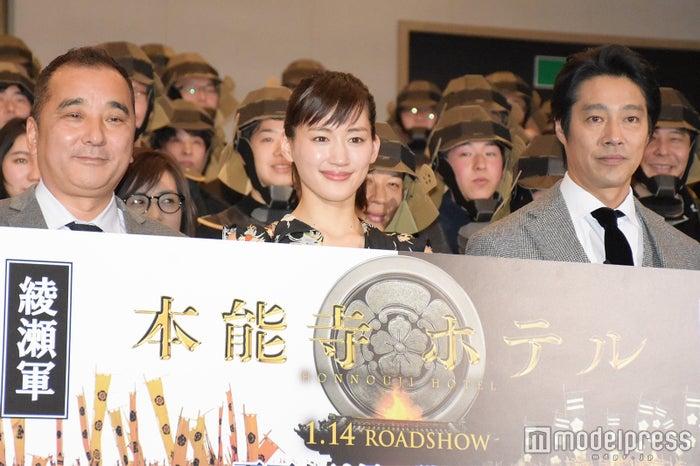 (左から)鈴木雅之監督、綾瀬はるか、堤真一 (C)モデルプレス