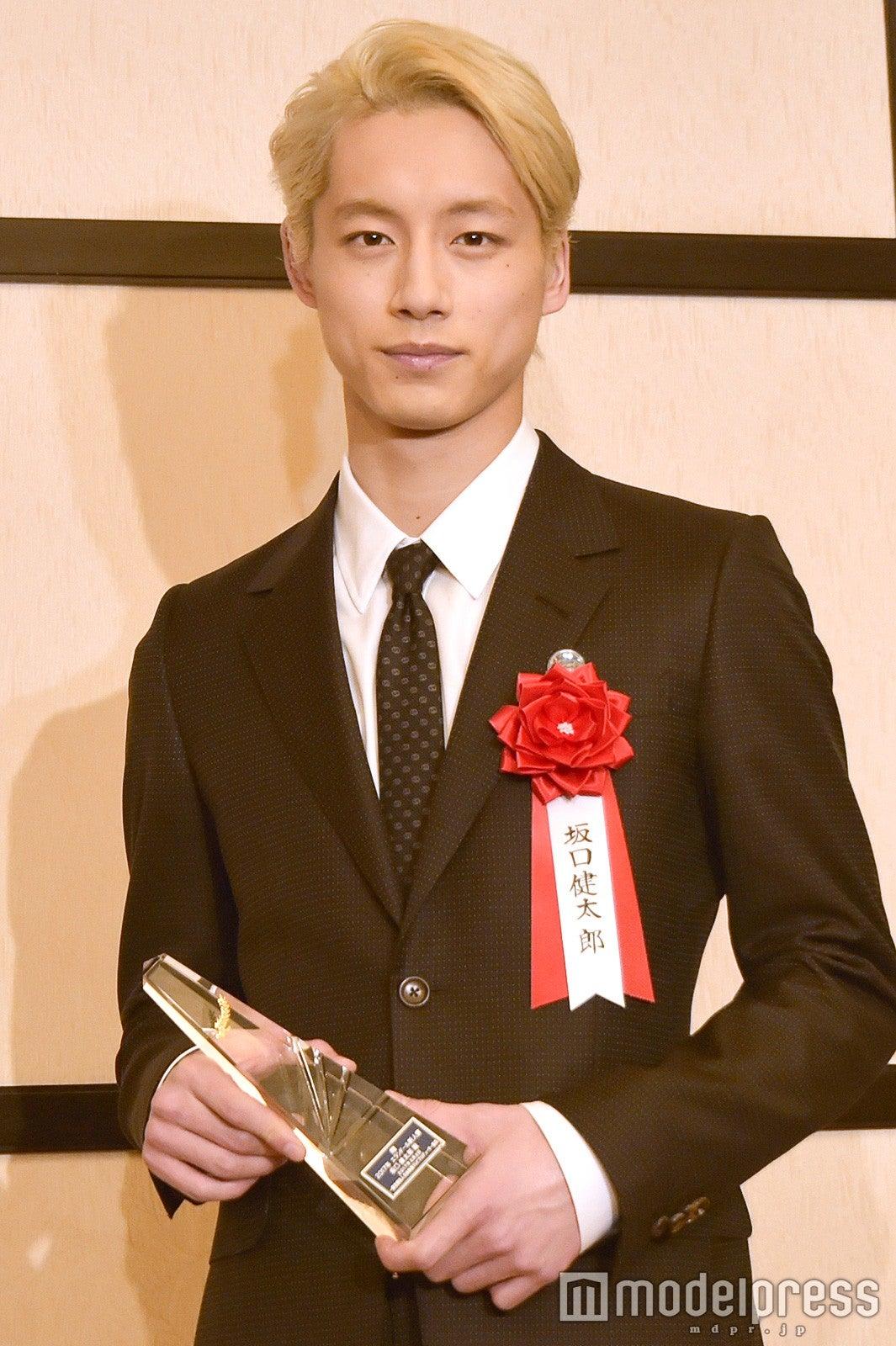 金髪の坂口健太郎「マッシュ」「ふわふわ」「七三」アレンジで印象激変 , モデルプレス