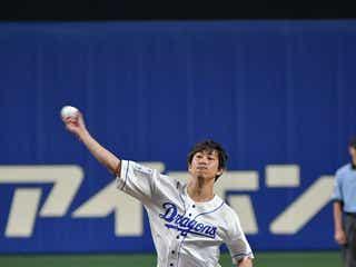 佐野岳、地元始球式で111キロ記録 球場どよめく