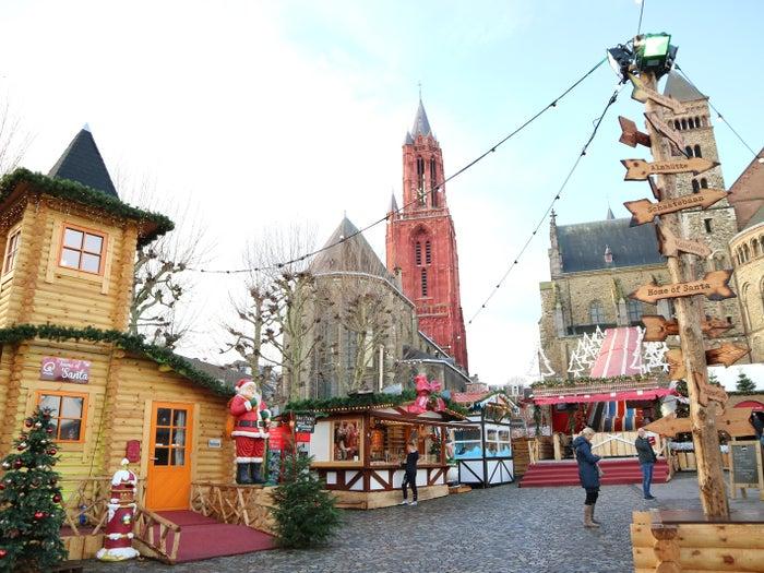 赤い塔がシンボルの「聖ヤンス教会」を背景に、盛大に行われるマジカル・マーストリヒト@yurisu13