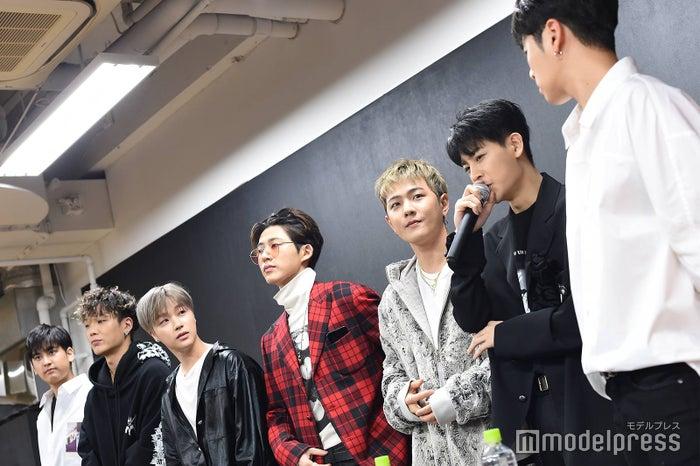 (左から)CHAN、BOBBY、JAY、B.I、DK、SONG、JU-NE (C)モデルプレス