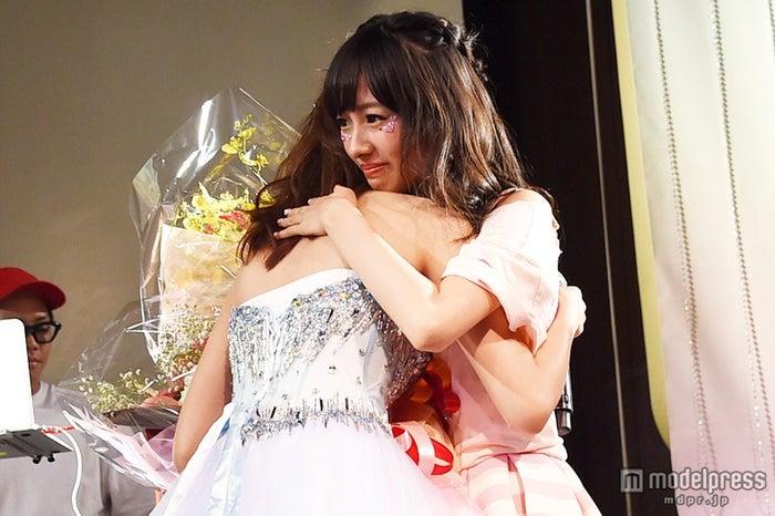 涙の抱擁をした松本愛、前田希美