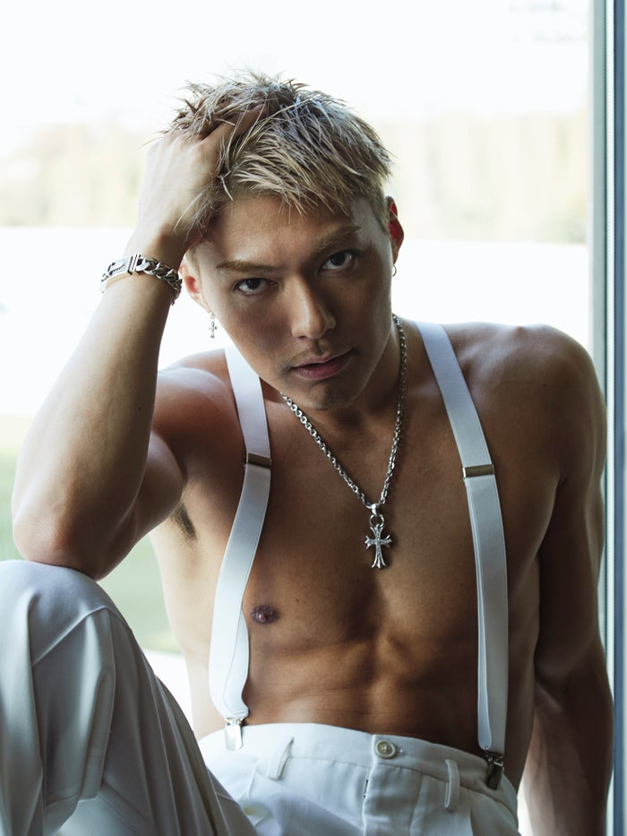 EXILE SHOKICHI「裸にサスペンダーはめちゃくちゃ得意技」/『BYAKUYA』(blueprint、12月15日発売)より(提供写真)