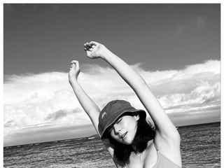西内まりや、美ボディ際立つ海辺ショットに注目集まる「完璧なプロポーション」