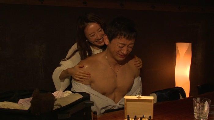 松本まりか、山本耕史(C)「抱かれたい12人の女たち」製作委員会