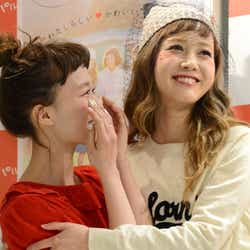 涙の柴田紗希(左)と抱擁を交わす田中里奈(右)