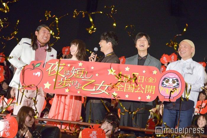 (左から)秋山竜次、花澤香菜、星野源、神谷浩史、 湯浅政明監督(C)モデルプレス