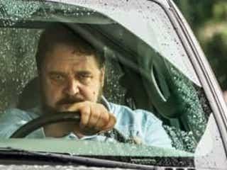 ラッセル・クロウが恐怖のあおり運転魔に 眼光に圧倒される場面写真解禁