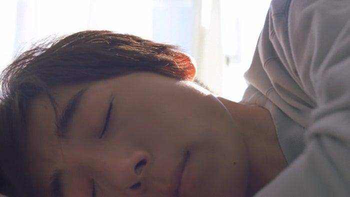 高橋一生の色気ある寝顔にドキッ 思わず添い寝したくなる…/キリン 生茶「朝編」動画より
