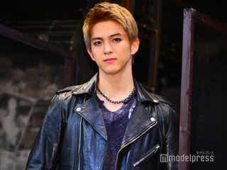 甲斐翔真、「RENT」ロジャー役で自身初の金髪姿 ワイルドな歌唱にキスシーン…新境地に注目
