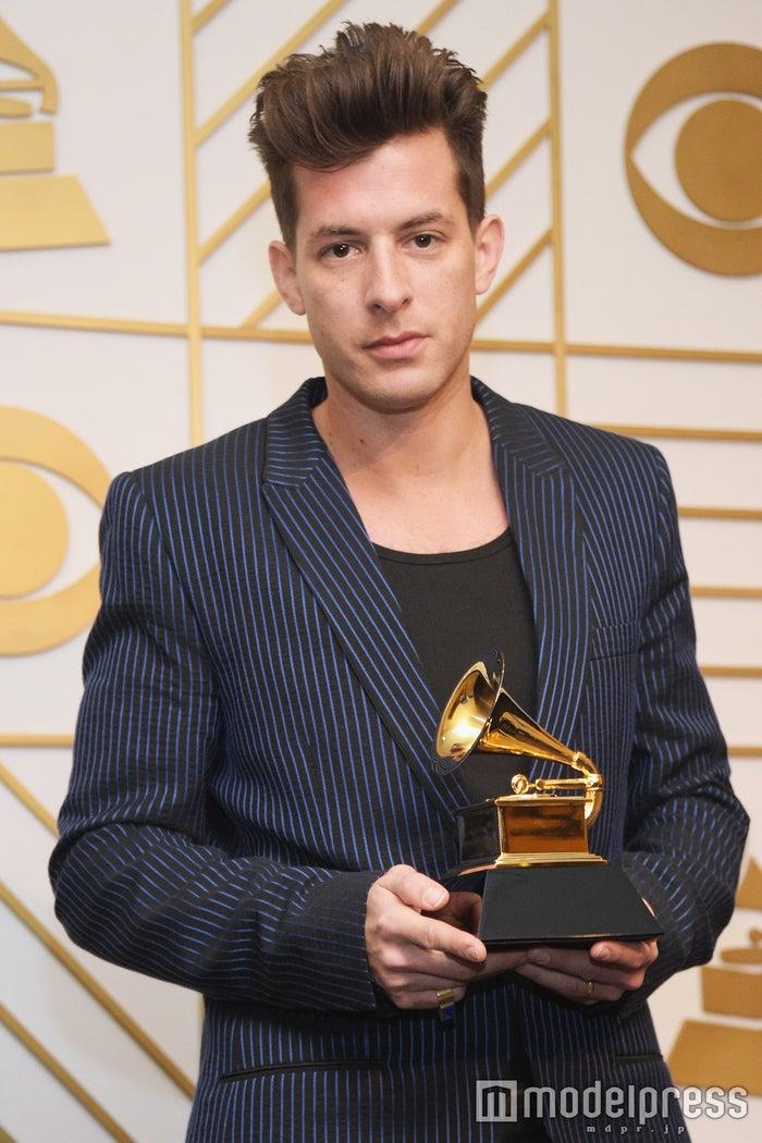 「第58回グラミー賞」年間最優秀レコード賞を受賞したマーク・ロンソン/photo:Getty Images