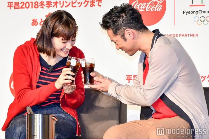 乾杯する綾瀬はるかと高橋大輔 (C)モデルプレス