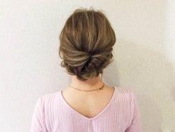大人かわいいヘアの作り方。くるりんぱと三つ編みでできる簡単まとめ髪アレンジ