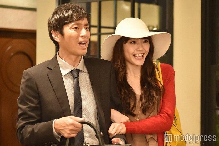 徳井義実、松井愛莉「私 結婚できないんじゃなくて、しないんです」第4話・場面カット(C)TBS