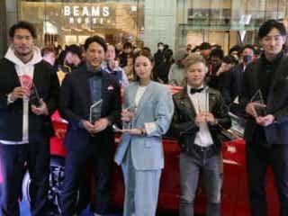 那須川天心、普段のファッションはストリート系 「一流の選手は一流のものを」 「第8回Safari Athlete Dresser Award」に那須川天心選手が登場。スポーツカーを前に、目を輝かせる。
