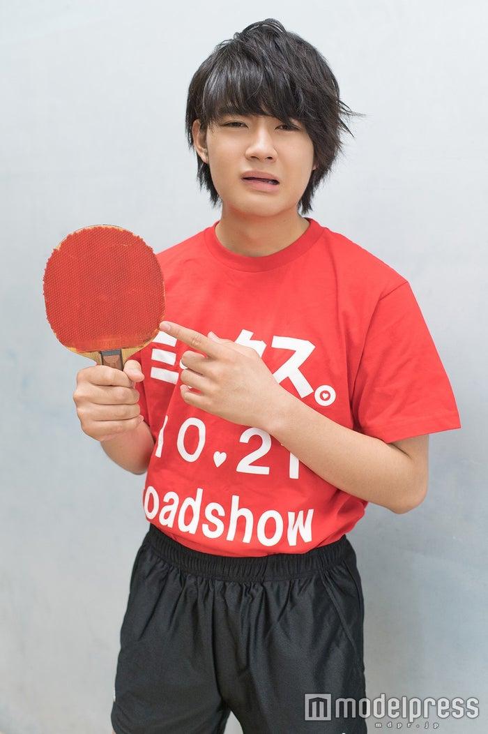 ボロボロのラケットしか与えられず悲しむ佐野 ※現在は「一流のラケット&ラバー」を獲得済みだ!(C)モデルプレス