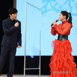 挨拶の言葉をど忘れした土屋太鳳を見て慌てる田中圭その2(C)モデルプレス