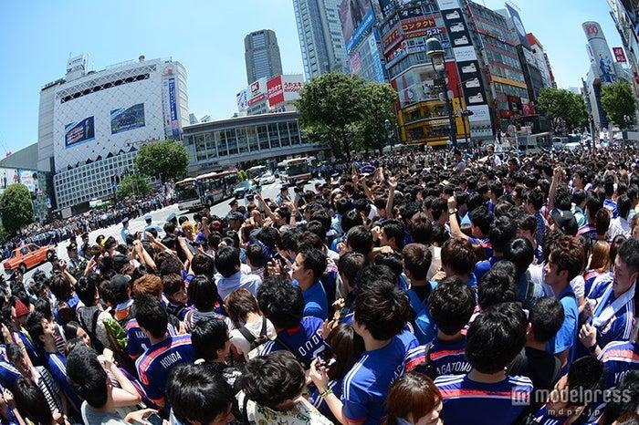 渋谷駅前スクランブル交差点はブルーのユニフォームに包まれた