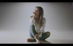 最大限シンプルなスタイリングで撮影に挑んだ倖田來未/「BRIDGET SONG」ミュージックビデオより(画像提供:avex)