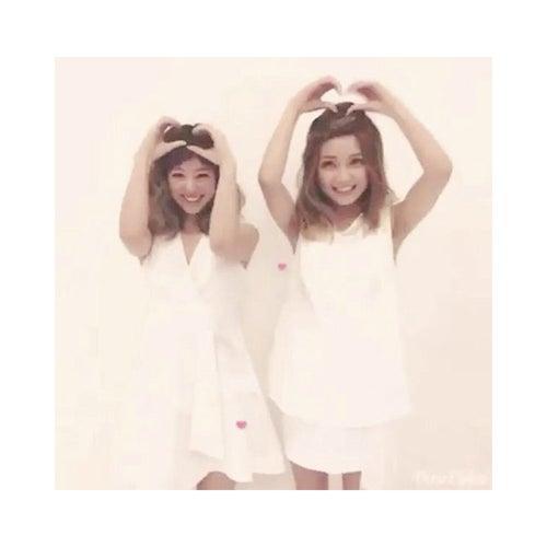ハートダンスを披露したAAA宇野実彩子(右)と伊藤千晃(左)/伊藤千晃Instagramより【モデルプレス】