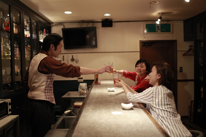 WOWOW 第8話「スナック蟻ヶ崎」左から、宮藤官九郎、右奥=小林聡美、右手前=大島優子(提供写真)<br>