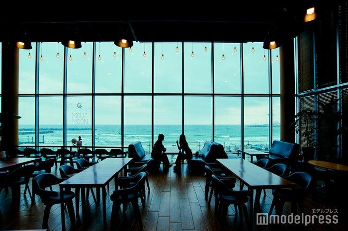 海側が全面ガラス張りのMOUMOON。(C)モデルプレス