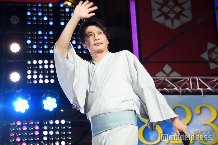 手を振りながら降壇する田中圭 (C)モデルプレス