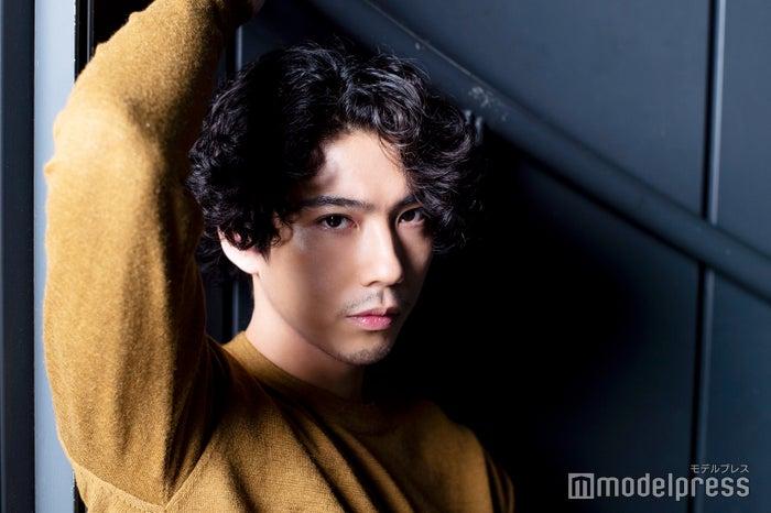 モデルプレスのインタビューに応じた賀来賢人(C)モデルプレス