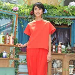 鮮やかなオレンジ色の衣装を披露するクリス-ウェブ佳子(C)モデルプレス