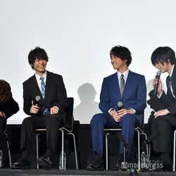 舞台上で「はじめまして」と挨拶する正木郁(左)と荒牧慶彦(右)(C)モデルプレス
