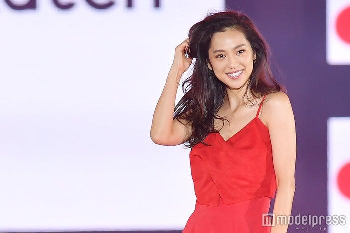 中村アン、真っ赤なドレスで広瀬アリスを魅了「いい匂いがした」(C)モデルプレス