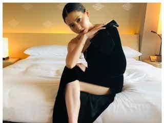 河北麻友子、スラリ美脚&美デコルテのぞくSEXY黒ドレス姿にうっとり