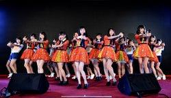 お披露目イベントの様子/  AKB48 Team TP 正式成員&研究生一起表演「戀愛幸運餅乾」(C)AKB48 Team TP