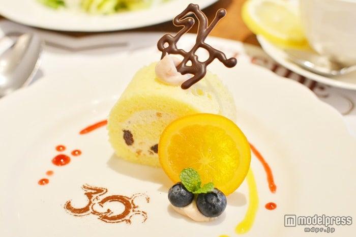 カルーセルモチーフのチョコが乗ったロールケーキ/イーストサイド・カフェ