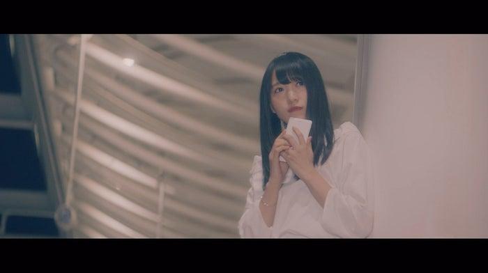 菅井友香「割れたスマホ」MVより(画像提供:ソニー・ミュージックレーベルズ)