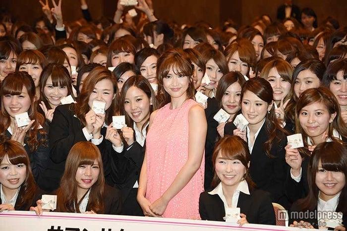 紗栄子、サマンサタバサグループ入社式にサプライズ登場【モデルプレス】