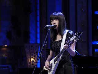 池田エライザに「妖艶」の声 エレキギターかき鳴らし名曲歌唱