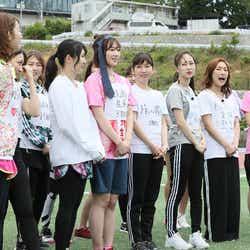 小林香菜(右から4番目)/「~もう一度花咲かせたい!~元AKB48だらけの非公認運動会」写真提供:テレビ朝日