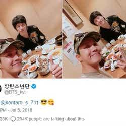 """モデルプレス - 坂口健太郎&BTS・J-HOPEの仲良しプライベートショットにファン驚き 韓国で早速""""再会""""果たす"""