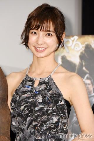 """篠田麻里子、""""必殺目隠し""""結婚報告2ショット「妹の友達にまでイジられてる」"""