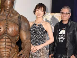 """篠田麻里子、シースルーで最旬""""ボトムレイヤード"""" 美脚チラ見せにドキッ!<ファッションチェック>"""