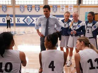 バスケが苦手だったジェシーおいたんを演じたジョン・ステイモスが『ビッグショット!』でバスケコーチに! インタビューが到着
