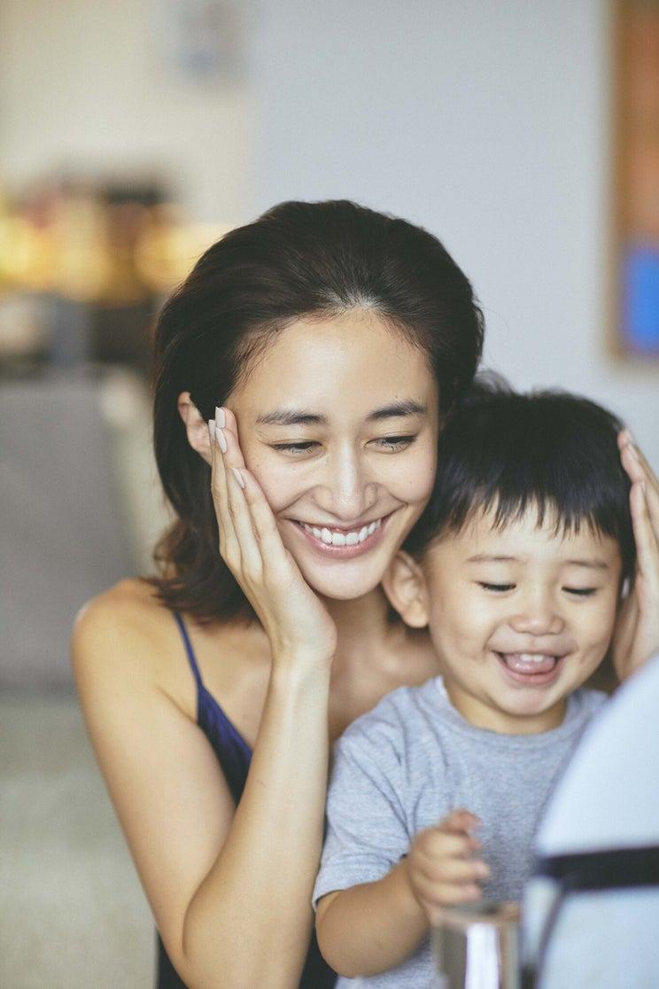 「VERY」モデル・神山まりあが語る初めての育児「自分がハッピーでいると、家族に伝染する」<インタビュー>