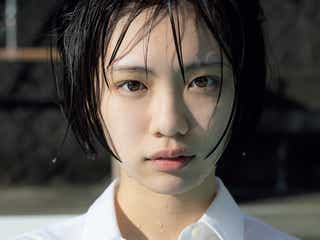日本一制服が似合う女子・竹内詩乃が初水着 制服で真冬のプールに飛び込む