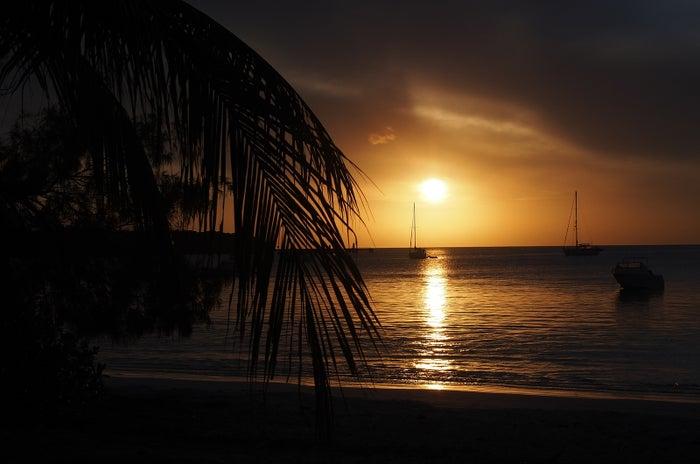 西側を向いたクト・ビーチは夕日の名所、時間が許すならぜひサンセットも目の奥に焼きつけて(C)NCTPS