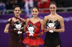 """フィギュア女子、""""青のジンクス""""途切れる 金メダルは""""真っ赤な衣装""""のザギトワ<平昌五輪>"""