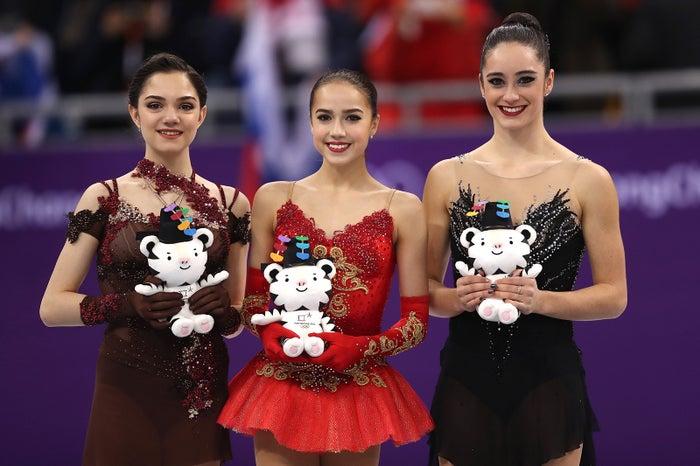エフゲニア・メドベージェワ、アリーナ・ザギトワ、ケイトリン・オズモンド (Photo by Getty Images)