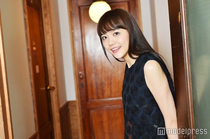 取材に応じた松井愛莉/ヘアメイク:清田仁、スタイリスト:道券芳恵(C)モデルプレス